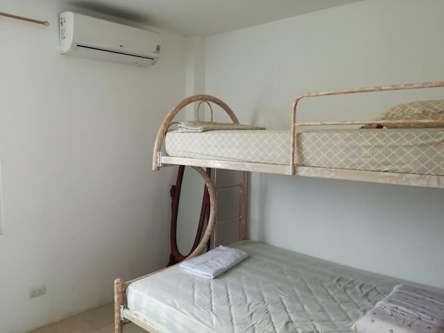 Dormitorio con acondicionador de aire