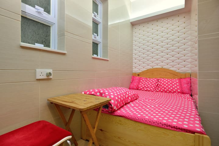 一室一卫大空间,冰箱双人大床,可加多床,合3人2分钟到旺角站(家庭房)