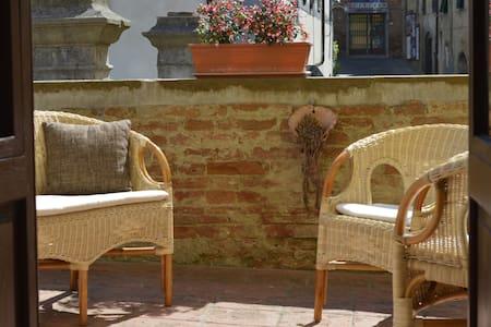 Alloggio con terrazza in borgo - Peccioli - アパート