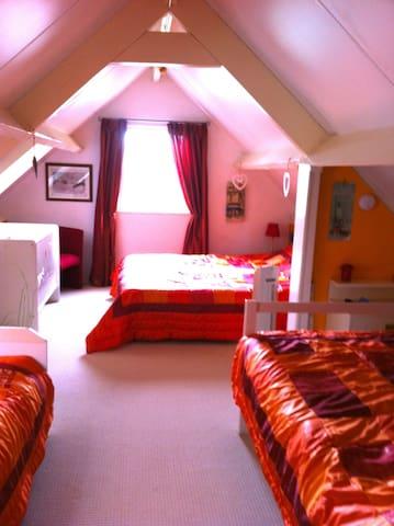 Slaapkamer van het appartement op de verdieping.