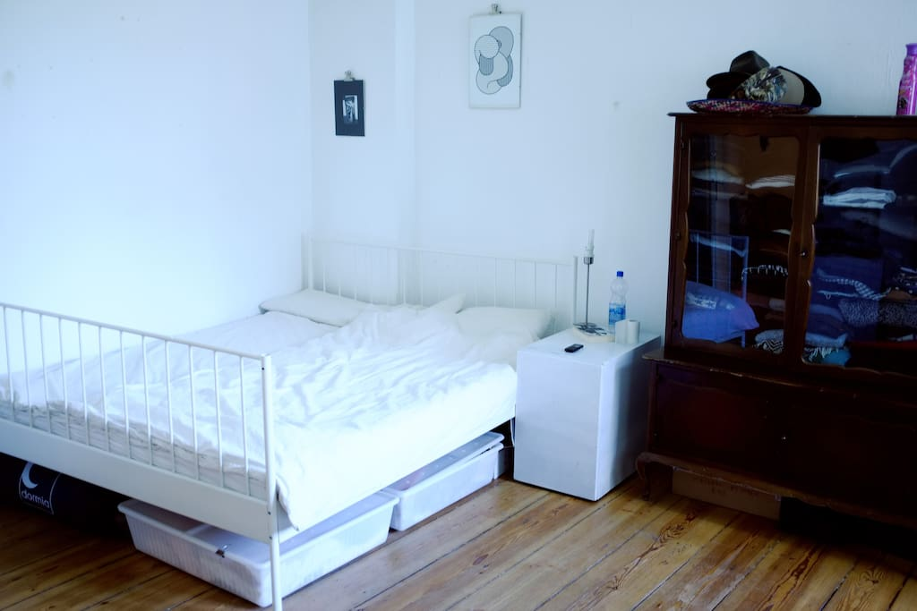 Großes gemütliches Doppelbett mit Nachttisch