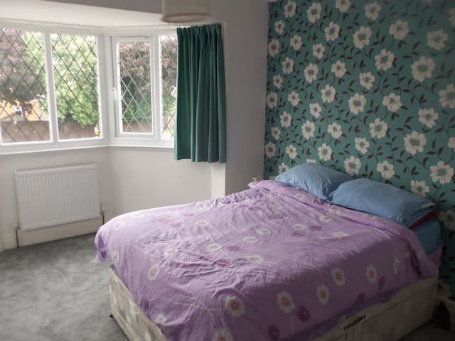 Spacious double room close to public transport