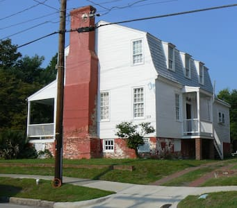 Historic House with eccentric owner - New Bern - Huis