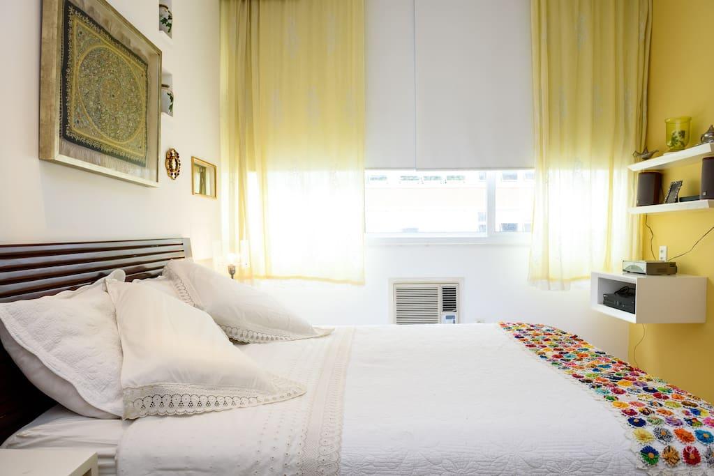Quarto 1 - perspectiva para a janela. O apartamento é silencioso, mas mesmo assim todos os quartos tem janelas acústicas.