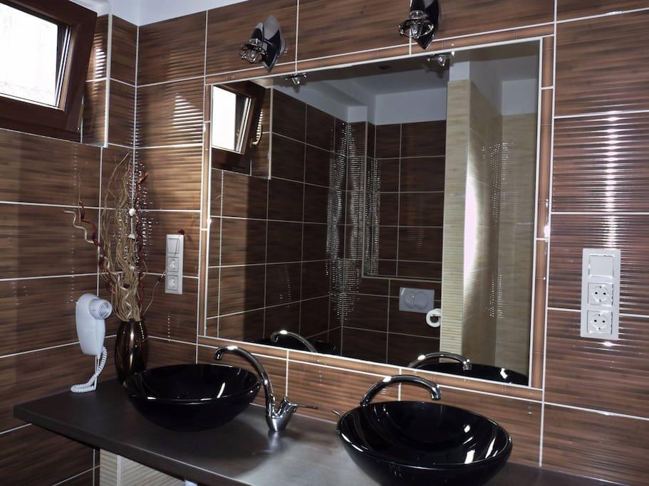 Franciaágyas apartman fürdőszoba