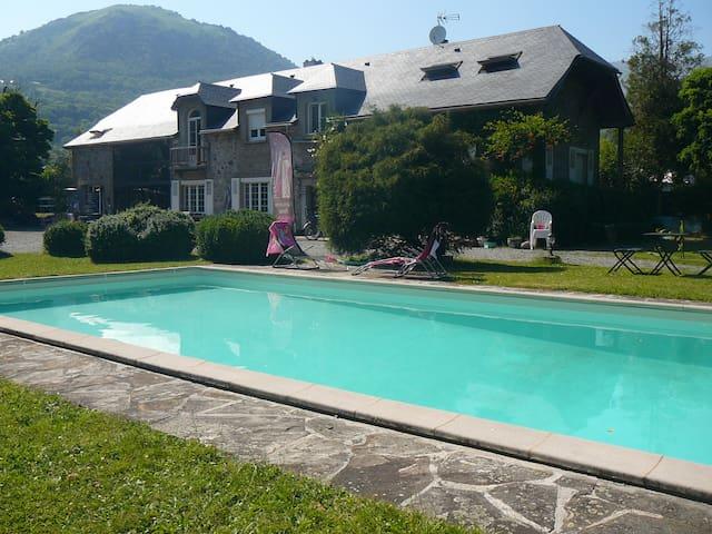 La Grange de Thalie chambre rouge - Argelès-Gazost - Bed & Breakfast