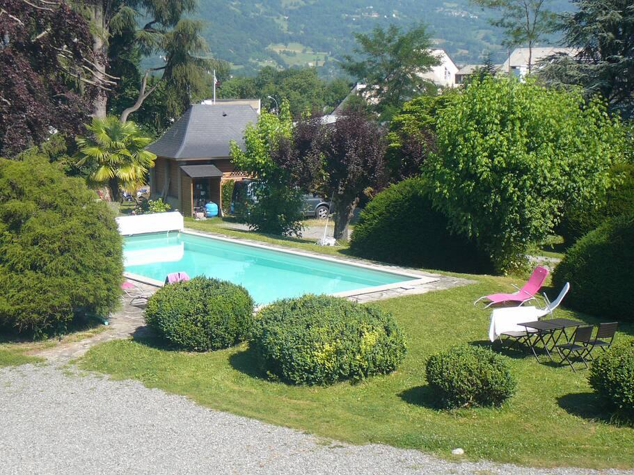 La grange de thalie chambre rouge bed breakfasts for for Argeles gazost piscine