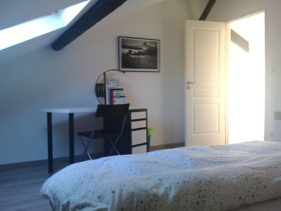Grande chambre de 18m2 poutres app apartments for rent for Chambre 18m2