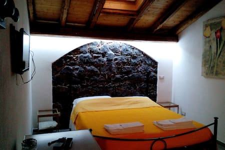 Dependance con patio in villa B&B Etna-mare 2 km. - Acireale - Bed & Breakfast