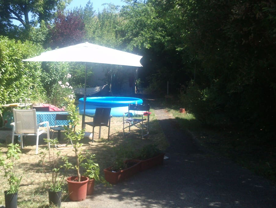 Chambre au fond du jardin houses for rent in bordeaux for Au jardin guest house