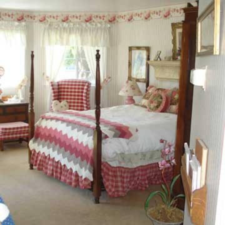 English Rambling Rose Suite @Marina Street Inn
