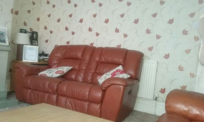 Dbl  bedroom available in a semi - Bradford - Huis