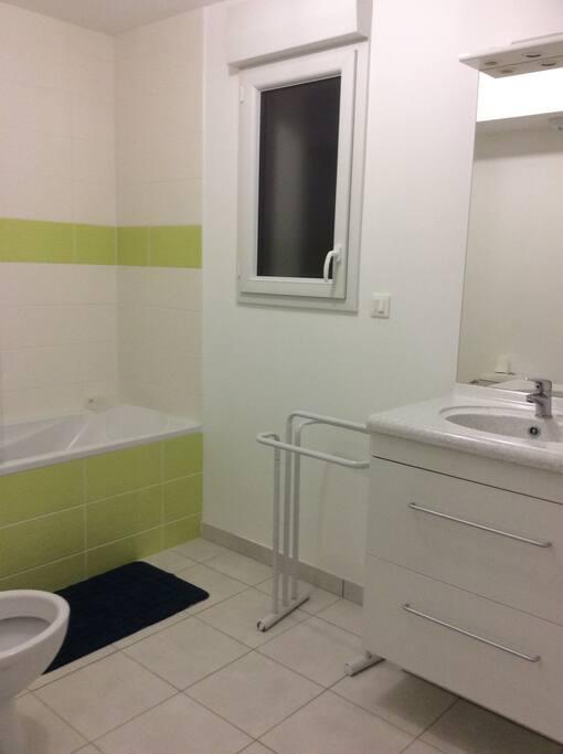 Salle de bain au même étage avec toilette