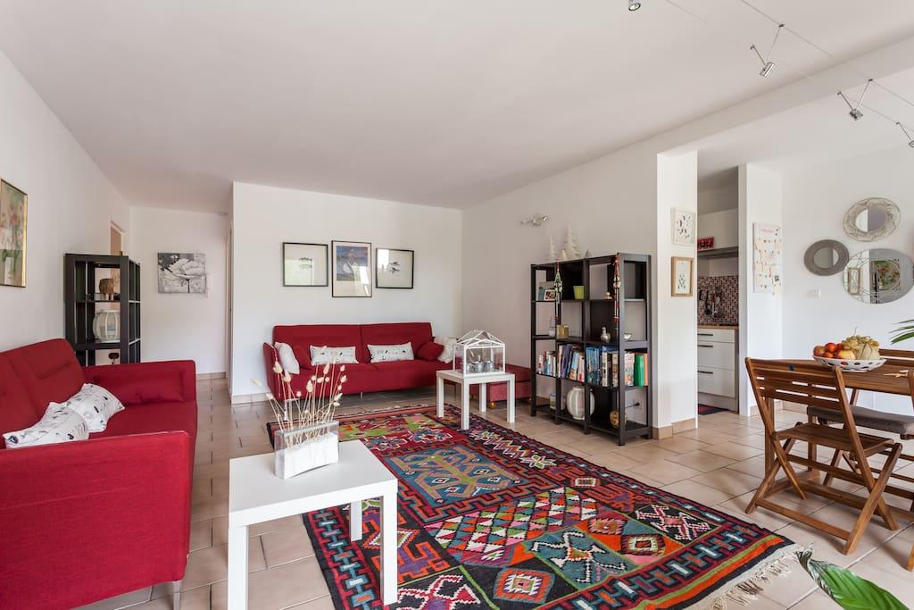 Salon de 32 m2 et coin repas face à la cuisine ...du printemps jusqu'au début de l'automne les repas se prennent plutôt sur la terrasse ... Quelques livres ... Des cartes à jouer et divers jeux de société ....