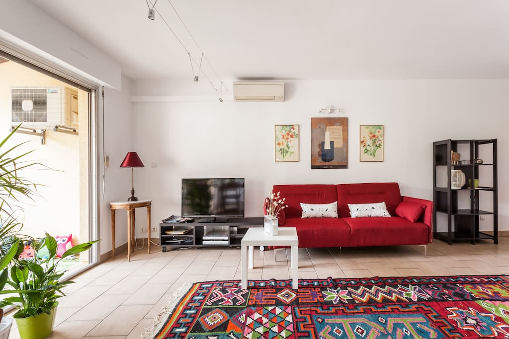 Grand salon donnant sur la terrasse de 16m2 ,climatisation et accès cuisine , TV écran plat et mobilier neuf ...... Confortable ..... Décoration soignée.......                                                   Appartement refais a neuf en totalité en 2015 ... Et réservé à des locataires calme , le voisinage a aussi droit a la sérénité du quartier même  en période estival .... Merci beaucoup