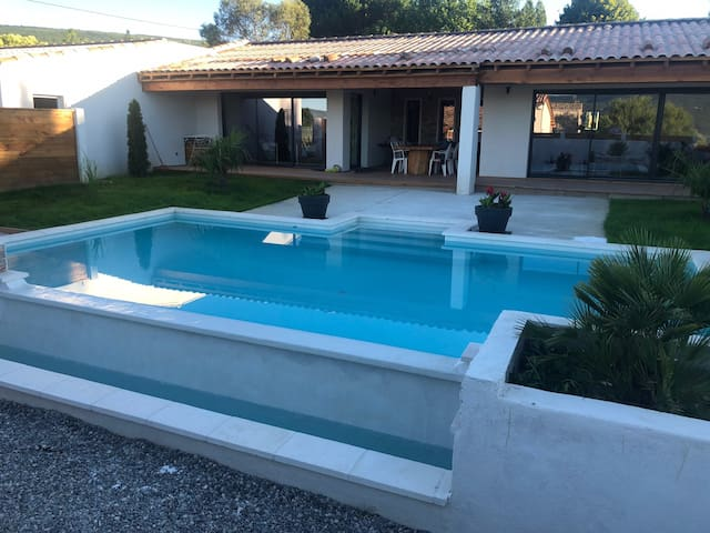 Villa avec piscine débordement