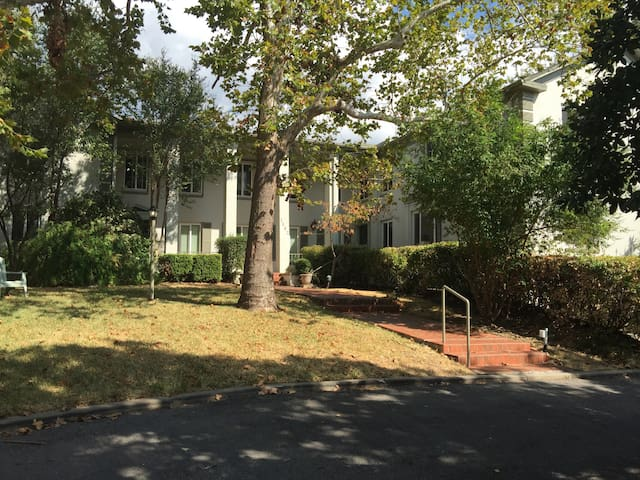 Colonial Arms Apt in Clarksville - Austin - Apartamento