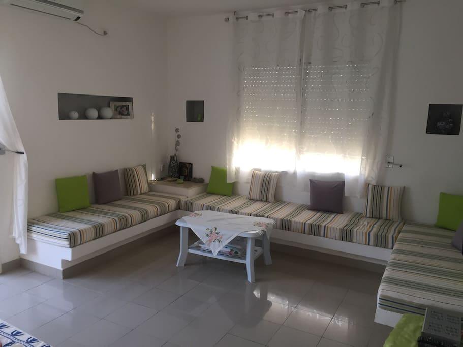 Un bel tage de villa avec jardin villas louer for Villa avec jardin tunisie