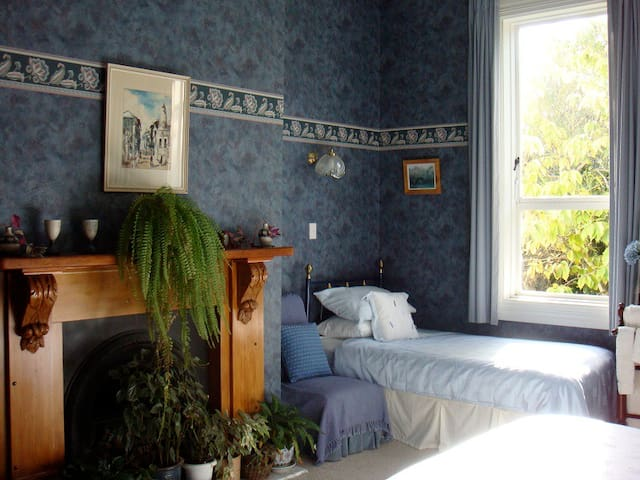 Another view of the Blue Room, including single bed.