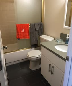 Single room with own bathroom - Emeryville - Apartment