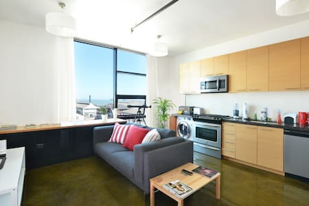 Beautiful & New 1BR with Bay Views