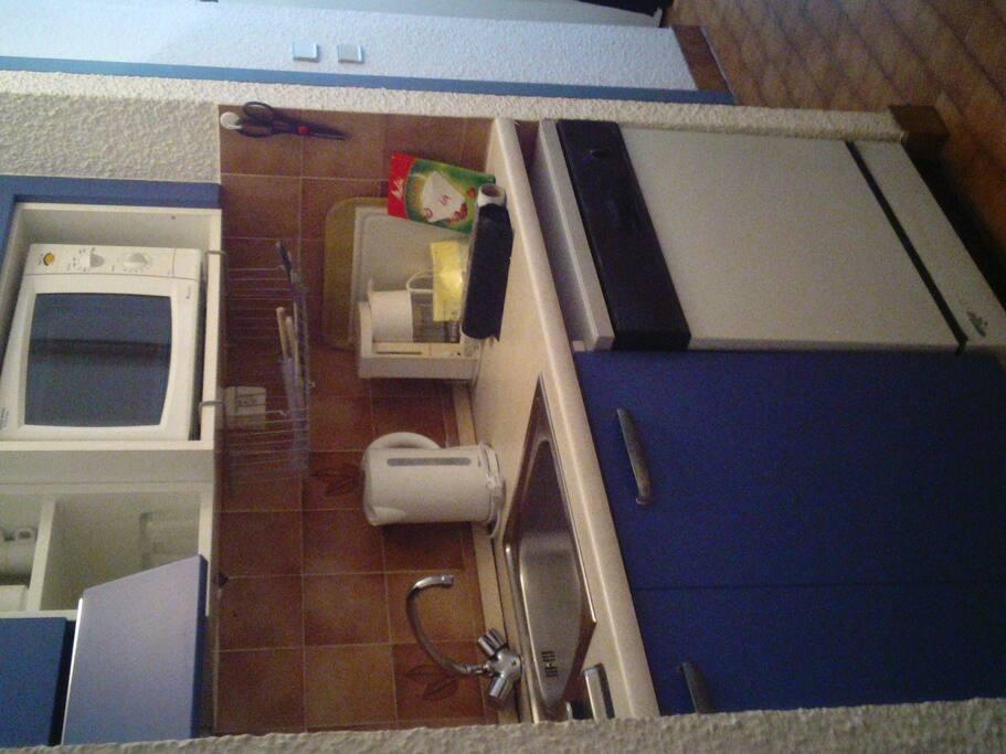 bien aménagée, bouilloire électrique, micro-onde, lave-vaisselle...