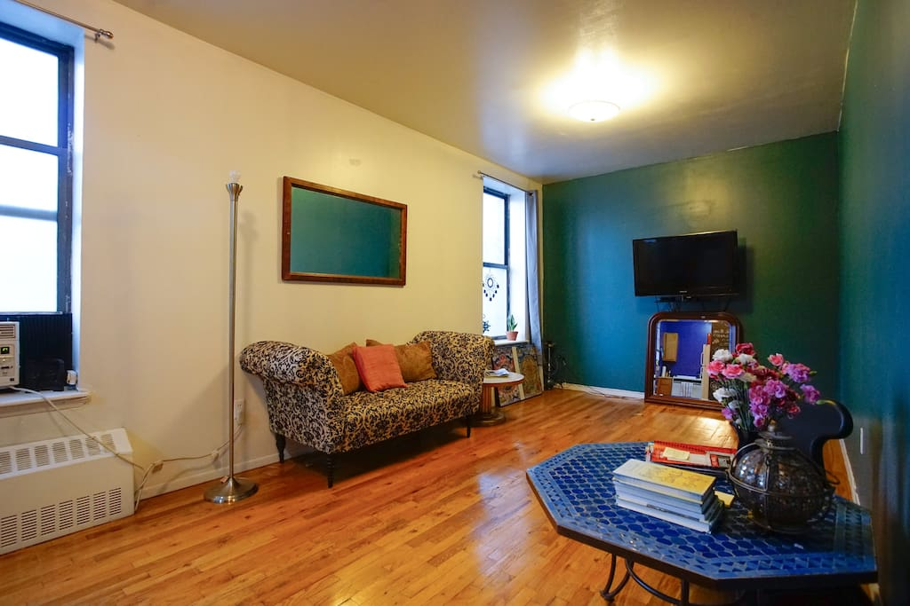 Spacious Living Room. 19' x10'. HDTV with free Amazon Prime shows & movies. No local nor cable TV