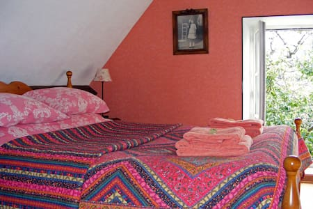 Comfortable farmhouse bedroom for 2 - Saint-Quentin-les-Chardonnets - Bed & Breakfast - 1