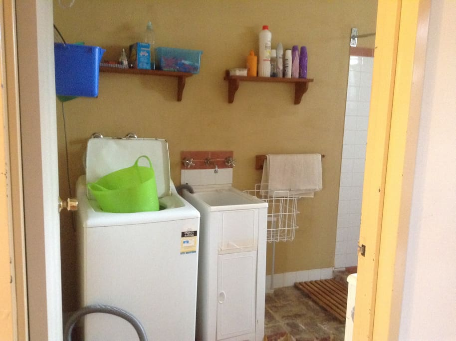 Own laudry facilities with washing machine and sink