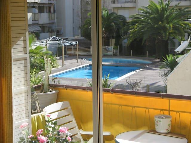 terrasse avec vue sur la piscine ,  ( Non utilisable pour se baigner ) et jardin  très agréable .