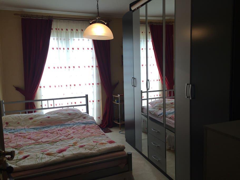 Doppelbett 140/200 cm, rechte Schrankhälfte kann von Gästen benutzt werden