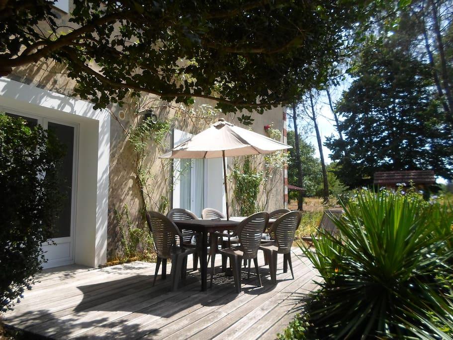 La terrasse sans vis à vis au pied du jardin aux milles recoins, siestes, bronzette et barbuc
