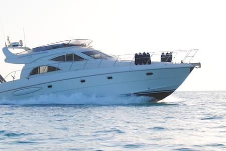 Pernotto in Accogliente Yacht di 18m - Marina di Ragusa