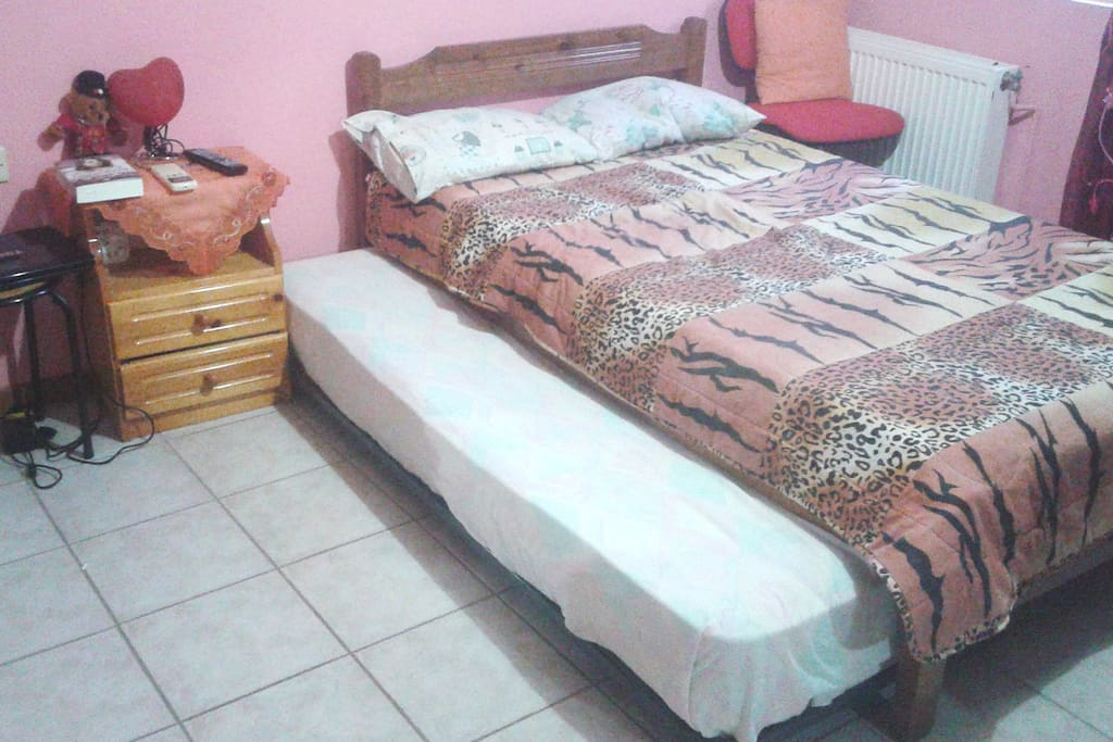 THE ADJUSTED SINGLE BED IN BEDROOM