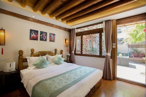 古城景区内核心地段 典雅舒适大床房  舒适安静 七一街主街道 纳西二层大庭院