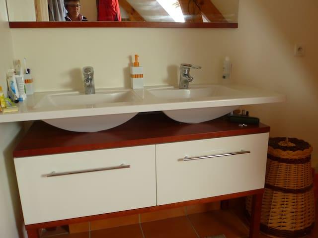 Salle de bain privée avec baignoire douche et double vasque