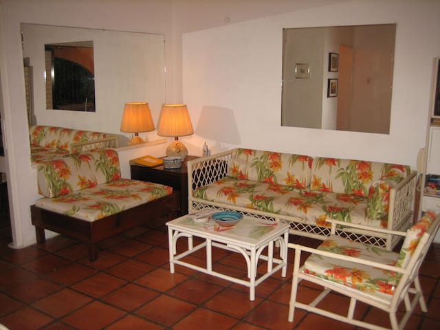 Lovely condo bungalow with garden, 150 m to beach - Holetown