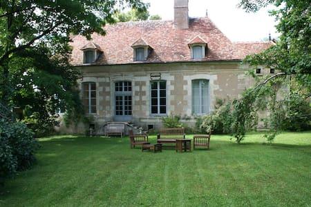 Grand jardin, idéal familles - Ouanne - Casa