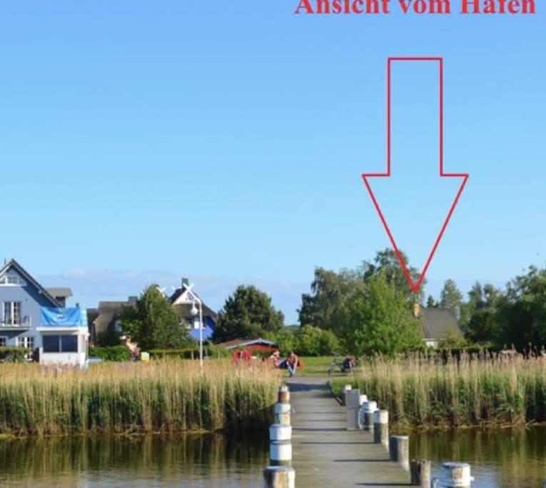 Lage unseres Hauses vom Hafen. Frischen lokalen Ostseefisch gibt es am Hafen. Einkaufen 5 min zu fuss in der Darsspassage.