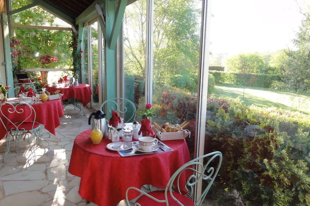 Petit déjeuner sur la véranda B&B Dordogne Périgord Noir les Feuillantines