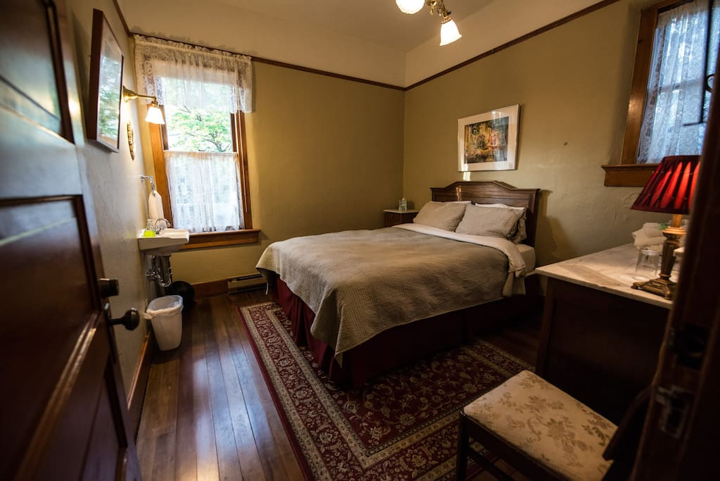 Each room has a queen sized bed and is decorated with period antiques.