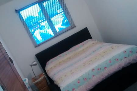 Quiet Double bedroom wifi - Burgess Hill - Casa