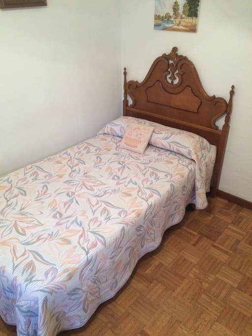 Dormitorio con cama de 105 cm
