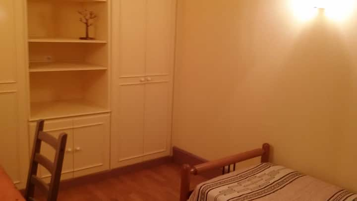 Bright room. Chambre lumineuse.