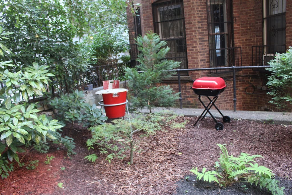 Private backyard, with a grill! Enjoy the fresh air