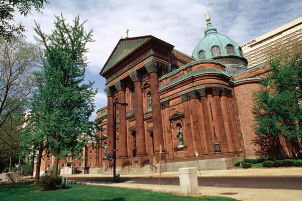 8 min walk to Cathedral Basilica