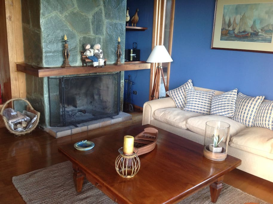 Living con chimenea, la leña está disponible en la logia  disponiblea