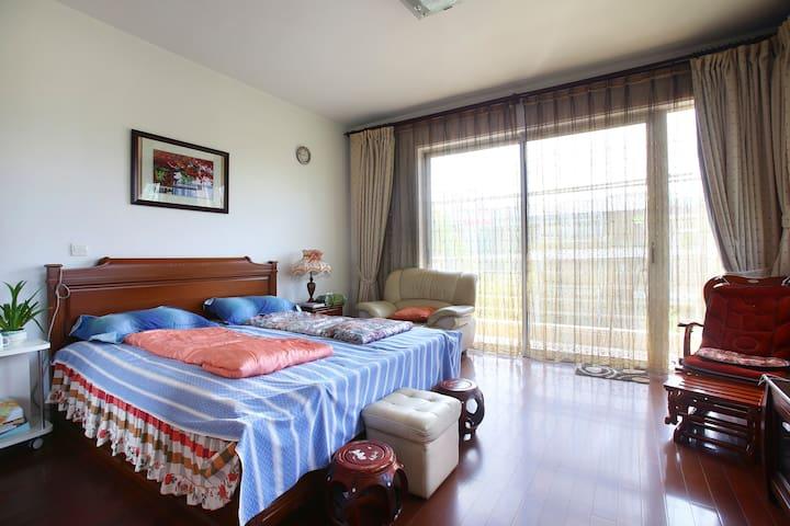Spacious and cozy master room with beautiful view  宽大舒适的主卧室,朝南明亮,阳台观景,夜晚寂静。