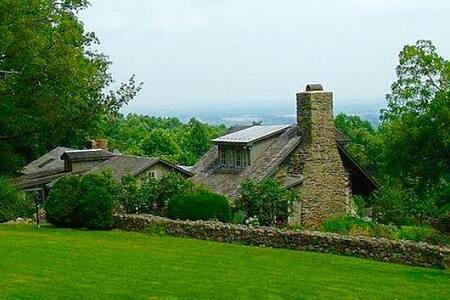 Idyllic Bluemont Retreat*Historic Cozy Cabin*Views - Cabanya