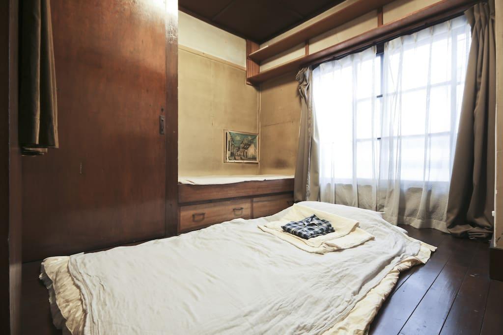 2nd floor  Bed room. 清潔にしてます。窓があって、朝日が差し込みます。